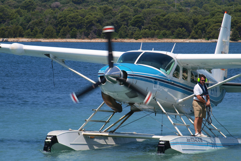 Sea plane touches down in the Bahamas. Passengers learn how to get from Nassau to Exuma pigs in the matter of thirty minutes on a Bahamas day tour.