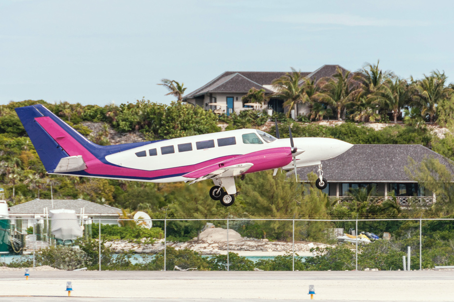 Flights to Bahamas from Florida every day for Bahamas day tours. Learn how to get to Staniel Cay on Staniel Cay flights over Big Major Cay and Pig Beach.