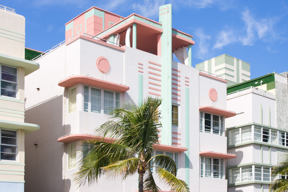 Things to do in South Beach Miami Art Deco district between Ocean Drive and Collins Avenue. What to do in south beach miami? Enjoy a walking tour of the historic Miami South Beach art Deco district,